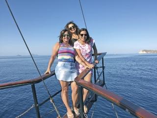 As amigas durante o passeio de barco por Santorini.