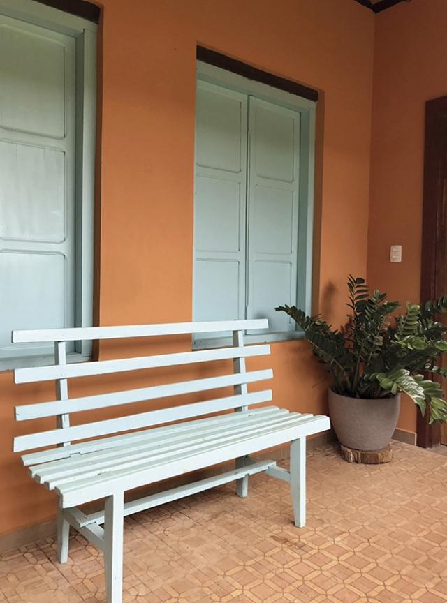 Janelas antigas e ladrilhos dão charme à nova varanda da casa de Ademar e Marisa.
