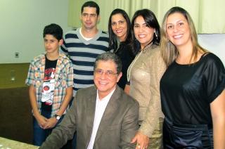Décio com Júlia e seus filhos Diego, Thayane, Grazielli e seu neto João Victor.