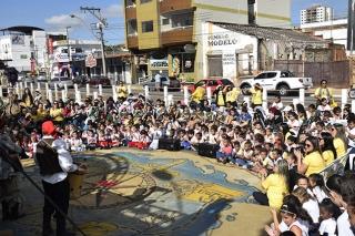 Apresentações  culturais durante a FLIPASSOS mobilizou um grande número de crianças e professores.
