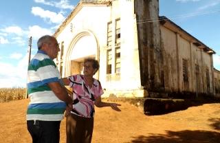 Waldira e Donizete em frente à capela do Bom Jesus do Livramento conversam sobre a mobilização pela obra.