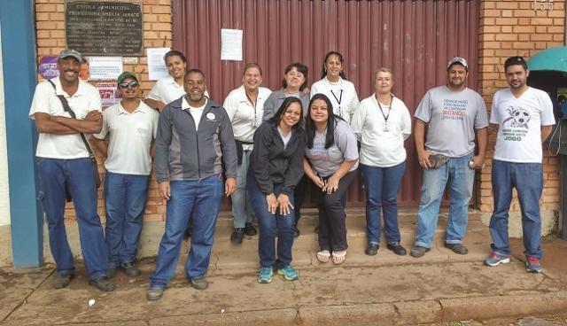 Equipe da vigilância ambiental após trabalho com alunos na Escola Municipal Amélia Jabace.