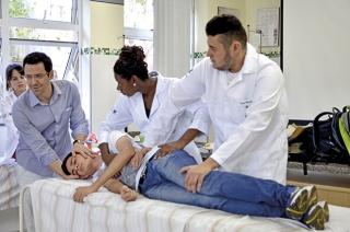 Demonstração de Primeiros Socorros nas aulas da disciplina Suporte Básico à Vida, com o médico Luiz Gustavo Hermógenes Pereira.