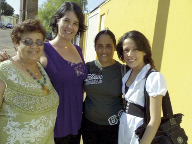 Izabel (à esq.) com as filhas, Renata e Neila, e a neta Thatthyanna