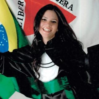 Dra. Tassiane Cintra de Alvarenga Oliveira – que fez residência em clínica médica e está se especializando em endocrinologia.