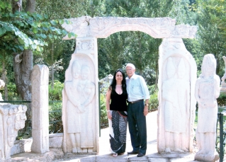O casal na entrada da gruta de Jeita.