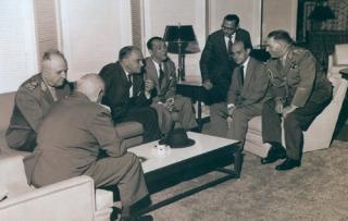 Em março de 1960, convidados conversam na sala da Casa de Visitantes de Furnas. Apoiado na mesa lateral, o engenheiro John Cotrim, tendo à sua direita Tancredo Neves e JK. (Acervo John Cotrim)