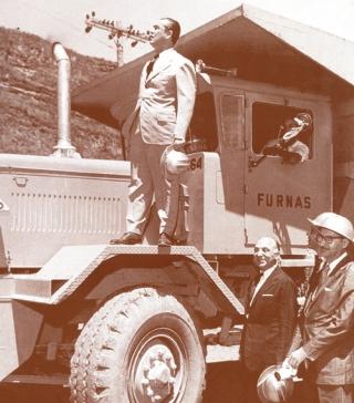 Juscelino Kubitschek nas obras da Barragem de Furnas em 1957, ano de fundação da Central Elétrica de Furnas, onde o presidente acompanhou várias etapas da construção.