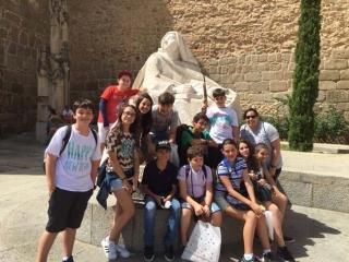 Os estudantes de Passos em Avila, com a estatua de Santa Terezinha ao fundo.