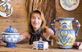 A artista Rosely Barbon com algumas de suas peças pintadas em porcelana e cerâmica.