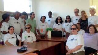 Grupo de defi cientes visuais e voluntários reunidos na Rev-Ver.