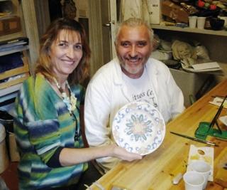 Rosely Barbon com um dos mestres do curso de pintura em cerâmica que fez na Itália em 2013.