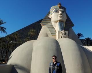 Em frente ao Hotel Luxor.