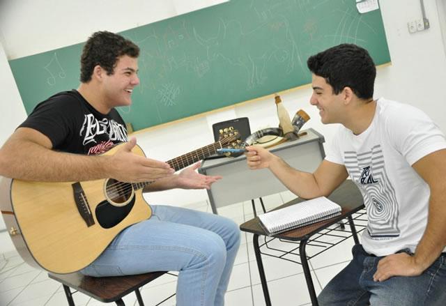 A dupla se divide entre a música e os estudos.