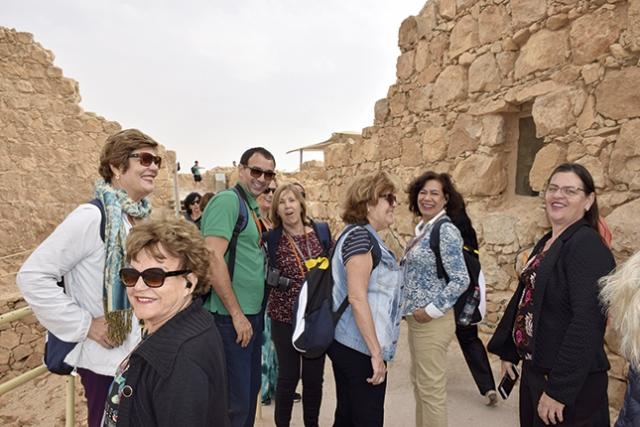 Os peregrinos em ruínas da Fortaleza de Massada, junto ao Mar Morto; refúgio dos judeus durante a ocupação romana.