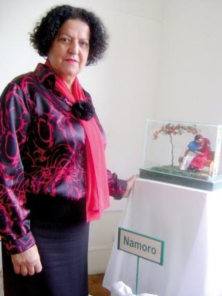 Carmenluce Garcia de Moura com seus bonecos de crochê