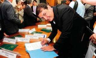 O agora deputado federal Renato Andrade; dois anos de trabalho para cumprir em Brasília. A foto registra o momento da assinatura, o