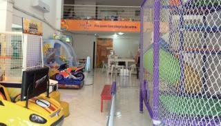 Parque fixo em Passos oferece brinquedos convencionais e eletrônicos para atender aos pais que buscam opções de lazer urbano para os filhos.