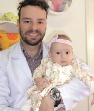 """O médico pediatra, Dr. Helder Garcia e sua filha Clara: """"As cólicas são mais frequentes no final da tarde e início da noite, podendo persistir por horas.�"""