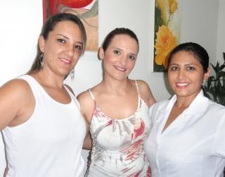Bianca com a enfermeira e esteticista Valesca Flor (esq.) e a nutricionista e massoterapeuta Graciele Silva (dir.)