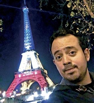 Torre Eiffel com as cores da bandeira da França logo após o atentado do dia 13 de novembro.