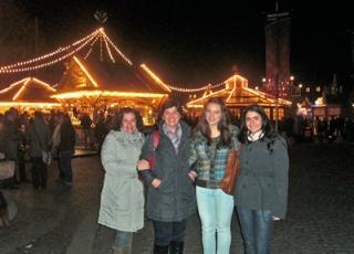 Na Alemanha, da esquerda para a direita, Claudia Campos Machado Araújo, Silvana e Lígia Soster Ramos (amigas brasileiras que moram na Alemanha) e Camila. A foto foi tirada na tradicional feira de natal em Stuttgart (cidade alemã na qual a família morava).