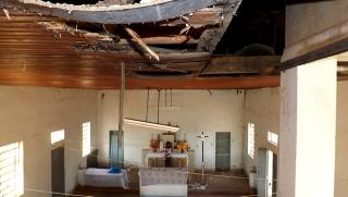 O forro do telhado da igreja está corroído em vários lugares e ameaça desabar.