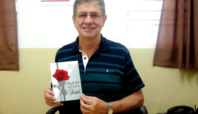 """Décio Martins Cançado com seu mais novo livro """"Amar é um Jeito Próprio de Sentir�."""