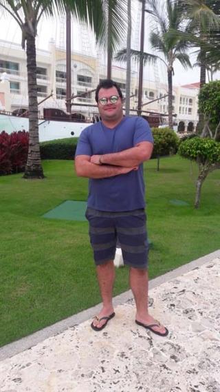 Adriano posa tendo ao fundo o resort Iberostar Grand Hotel Bavaro All Inclusive.