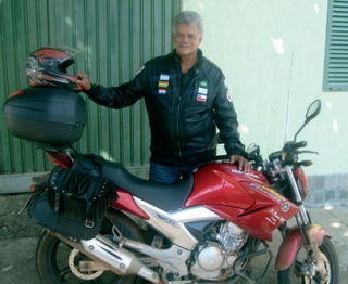 Arlindo e sua moto, que ainda nem foi lavada, desde que chegou da viagem: mais de 9000km percorridos até a Bolívia e o Peru