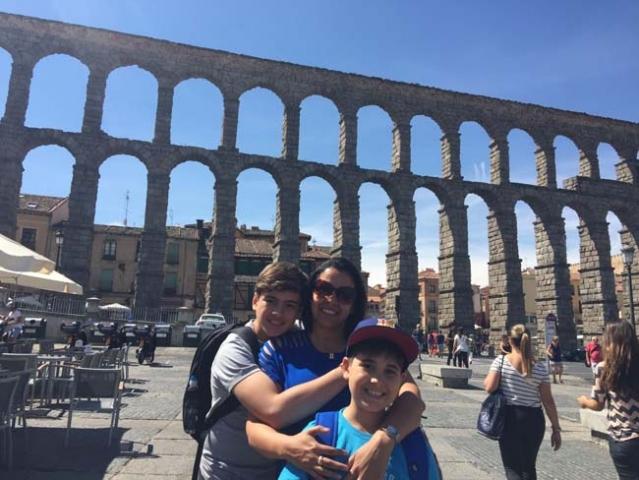 Carolina, Antonio e Pedro posam em frente ao aqueduto de Segovia