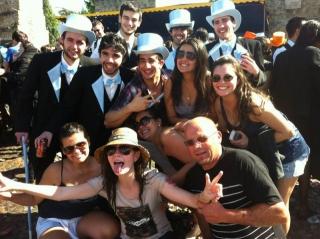 Novamente com as amigas do intercâmbio, foto tirada durante o Cortejo, uma das festas que acontece durante a Semana da Queima das Fitas, é famosa por ser o dia em que acontece o desfile dos carros alegóricos das turmas que estão formando na Universidade de Coimbra.