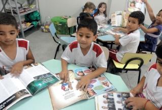 Alunos do Cemei Professora Maria Gomes de Vasconcelos Marino trabalhando com a revista Foco Magazine.