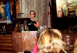 Gilda fazendo a leitura na Igreja da Natividade.