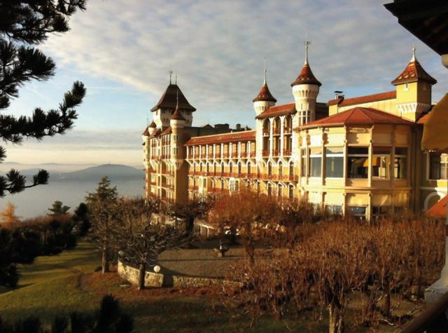 Vista da sua faculdade Swiss Hotel Management School em Montreux/ Suíça, no outono e no inverno.