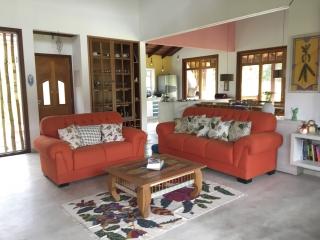 O piso revestido com cimento queimado combina com a rusticidade da casa.