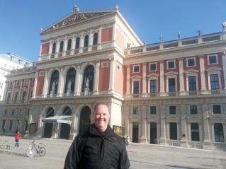 Marcelo Esper na fachada do Musikverein, uma das salas de concerto mais importantes de Viena.