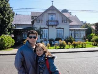 Victor Hugo e Maria Eduarda em Frutillar - Início da Patagônia Chilena - Cidade de colonização alemã.