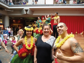 Alba ao lado dos dançarinos de Hula Hula: tradicional dança havaiana, presente em diversas partes da Ilha.