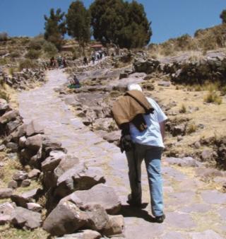 A Ascensão na Ilha de Taquille (ilha verdadeira no Lago Titicaca) cuja população indígena é de etnia diferente dos que moram nas Ilhas Flutuantes de Uros - essa subida corresponde a 550 degraus e seu início estÃÂ¡ a 3.580m do nível do mar e chega a 3.850m em relação ao Lago Titicaca.