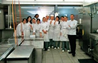 """Cozinha do restaurante francês onde Camila trabalhava, na Suíça. """"Tive a oportunidade de trabalhar tanto na parte do serviço, como garçonete, e na cozinha.�"""