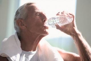 Os riscos da desidratação em idosos