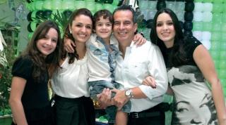 Antonio, 46 anos e Daniela, 36 anos com sua família reunida - fruto desse amor tão lindo: Júlia - 12 anos; Lucas - 5 anos; Ana Laura - 16 anos.