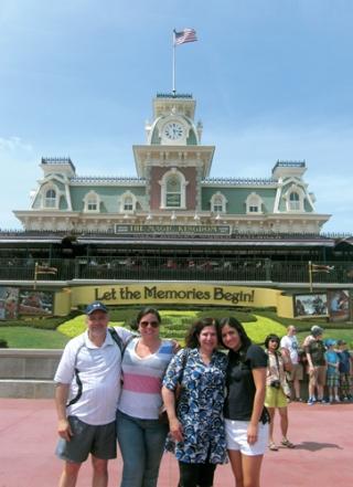 Da esq. p/ dir.: Marcos (pai), Fernanda (irmã), Cláudia (mãe) e Camila reunidos no Magic Kingdom, ocasião em que sua família foi visitá-la na Disney.