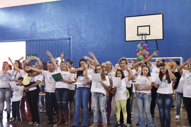 Voluntários homenageiam alunos do CAPP cantando a música Trem Bala.
