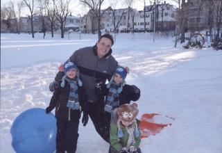 Kennedy com os filhos Daniel, Gabriel e Matheus aproveitando o rigoroso inverno americano.
