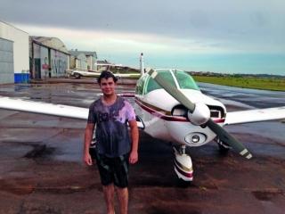 Caique Baggio, dia do Voo Solo, banho de óleo é uma tradição quando o aluno faz o primeiro voo sozinho.