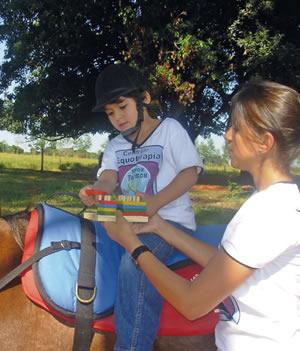 Gabriela aproveitou seu interesse por animais e hoje faz tratamentos usando equinos.
