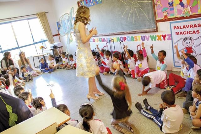 O mundo encantado e a interação das crianças com as fadas.