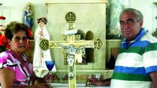 Waldira e Donizete no altar da igreja, onde ela ainda faz a catequese com as crianças.